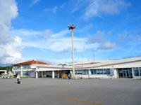 与那国島の与那国空港 - 滑走路から見たターミナル施設