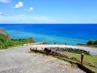 与那国島の東崎の崖下/アリシ観光公衆便所 - 下り坂途中から見る海の色も格別
