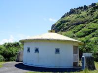与那国島の東崎の崖下/アリシ観光公衆便所 - アリシ観光公衆便所って何者?(笑)