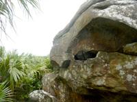 与那国島の人面岩/志木那島神社 - 近くから横顔?を見る