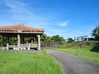 与那国島のインビ岳 - この吾妻屋と展望席が山頂