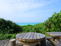 与論島のウドノスビーチ休憩所