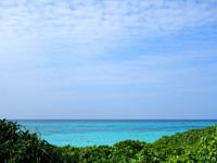 与論島のウドノスビーチ休憩所 - ベンチに座っても海が望めます