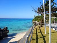 与論島のアイギビーチ/B&Gの浜 - 施設から海へ降りるスロープ
