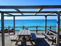 与論島のアイギビーチ/B&Gの浜 - このテーブルとベンチは贅沢すぎ!