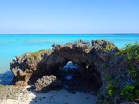 与論島の百合ヶ浜休憩所/タイムトンネル/ゆいの丘 - ゆいの丘からも穴が望める