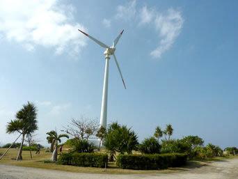 与論島の風車/風力発電「福祉施設近くのグラウンドゴルフ場内にあります」