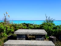 与論島の特別席/大金久海岸展望所 - 手前の席は海の色を楽しめます