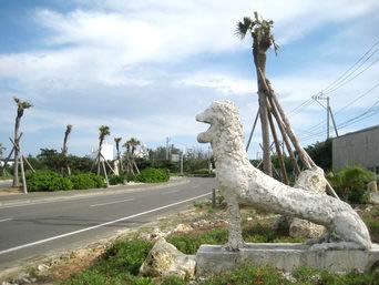 与論島のヨーライオン「もはやネタ?コースタルリゾート前の道沿いにあります」