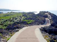 与論島の夕日の遊歩道/ビドウ遊歩道 - 駅から港側への光景