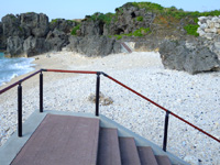 与論島の夕日の遊歩道/ビドウ遊歩道 - 港側は砂浜を歩いて遊歩道まで移動