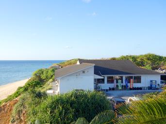 与論島の食事処 蒼い珊瑚礁「パラダイスビーチに面してお店があります」