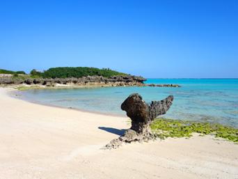 与論島の尾びれ岩/ハート岩「クリスタルビーチにあるハート?尾びれ?岩」