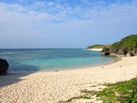 与論島のヨロン駅先のビーチ - ビーチは小さめで先にパラダイスビーチ