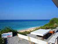 与論島のパラダイスビーチ - レストラン前に自由に利用可能なベンチ等あり