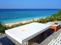 与論島のパラダイスビーチ - ここでランチを食べたくなります