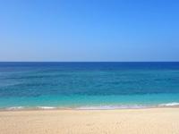 与論島のパラダイスビーチ - タイミングがあえば大型客船も望める