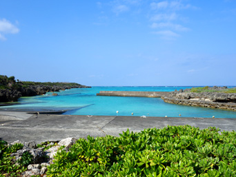 与論島の寺崎漁港「寺崎海岸の奥から直接往来できます」
