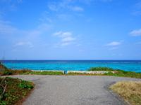 沖縄本島離島 与論島の海辺の駐車場の写真