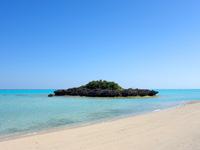 与論島のクリスタルビーチ - 小さな島が沖にあるのが特徴