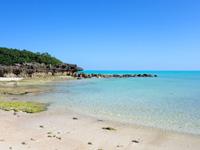 与論島のクリスタルビーチ - 岩の造形も面白いビーチ