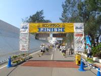 与論島のヨロンマラソンスタート&ゴール - そばの茶花海岸で完走パーティ
