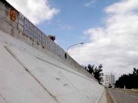 与論島のヨロンマラソンスタート&ゴール - 壁に刻まれる歴代の記録(上部)