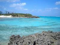 与論島のクリスタルビーチの小島からの景色