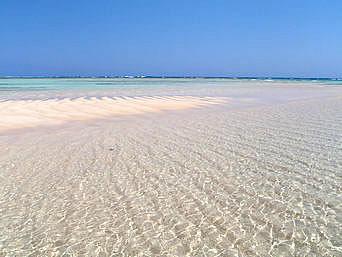 与論島の百合ヶ浜「砂浜がでるとやっぱりキレイ」