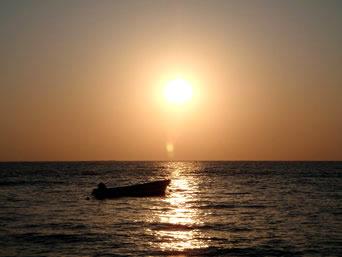 与論島東岸の朝日