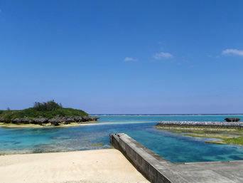 与論島の皆田海岸「港と砂浜と離れ島の競演」