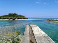 与論島の皆田海岸 - この港の桟橋も味があります