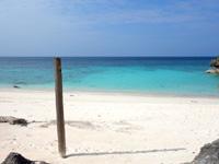 与論島のメーラビビーチ - この棒がメーラビビーチの目印?