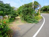与論島のメーラビビーチ - ヴィレッジ前のビーチまでの道の入口