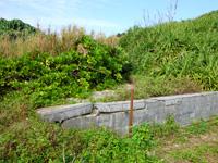 与論島のメーラビビーチ - 小さな壁を乗り越えればビーチまであと少し
