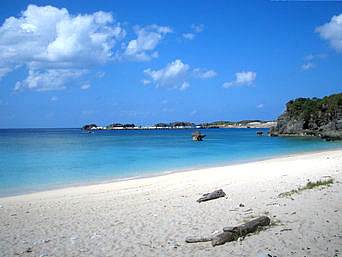 与論島のトモリ海岸「遠くに与論港が見えますが静かなビーチです」