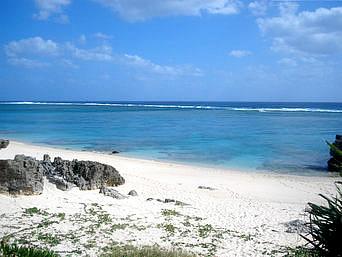 与論島のワタンジ/麦屋の先の海岸「赤崎海岸の西寄りにあるビーチです」