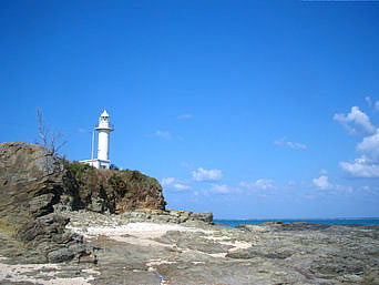 与論島の赤崎灯台「赤崎海岸の東にそびえ立つ灯台」