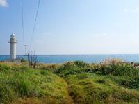 与論島の赤崎灯台 - 近くまで行くには草むらを抜ける必要あり
