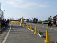与論島のヨロンマラソン折り返し地点 - まさにレース中の折り返しの様子