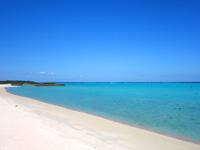 与論島の大金久海岸/百合が浜入口 - 北端からはクリスタルビーチが見える