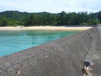 請島の請阿室のビーチ - 海側から見るとその色の豊かさが分かります