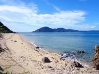 請島の池地先のビーチ - 海側から見るとさらにキレイ