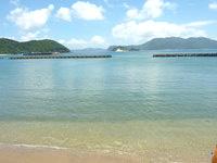 与路島の与路のビーチ - 港のすぐ横の海ですが透明度は高い