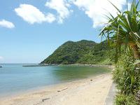 与路島の与路のビーチ - 砂浜も結構長く続いています