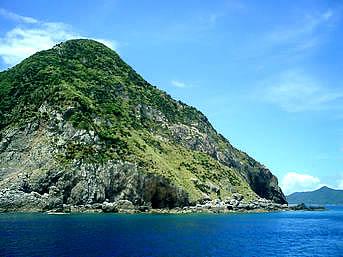 請島の計良治崎/大山の断崖絶壁「請島の断崖絶壁近くを通って、与路島へ」