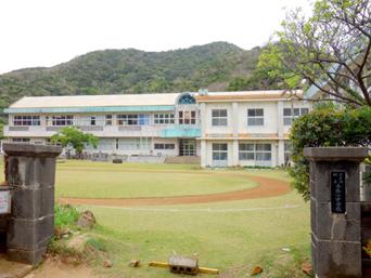 与路島の与路小中学校