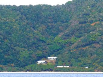 与路島のノエビア与路島海洋センター・山の中「多分ここが「ノエビア」入口?」