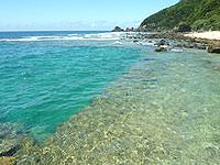 与路島の高原海岸桟橋 - 桟橋横はまるでプールのような海の色