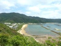 与路島の大縄/ナブリュウ崎への前半の道 - 坂を登った先には集落も一望できる場所